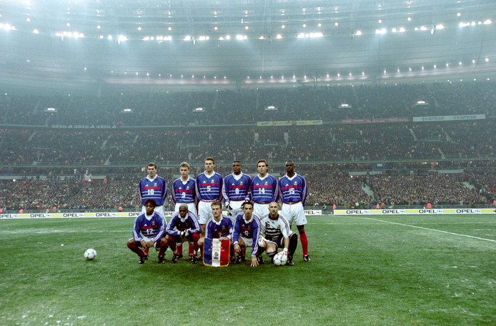 De basiself van Frankrijk voor de wedstrijd tegen Spanje in 1998: Boven: Zinedine Zidane, Stephane Guivarc'h, Laurent Blanc, Marcel Desailly, Alain Boghossian, Lilian Thuram. Onder: Bernard Diomède, Ibrahim Ba, Didier Deschamps, Youri Djorkaeff, Fabien Barthez.
