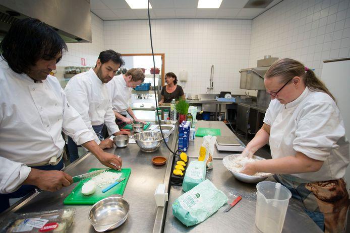 Wendy van der Wal (r) maakt deeg voor de gerechten op het driegangenmenu dat deze week wordt aangeboden bij eetlokaal de Waterkracht.