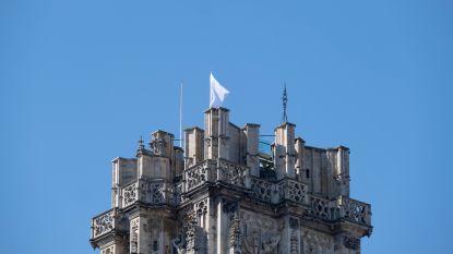 Witte vlag wappert op Sint-Rombouts