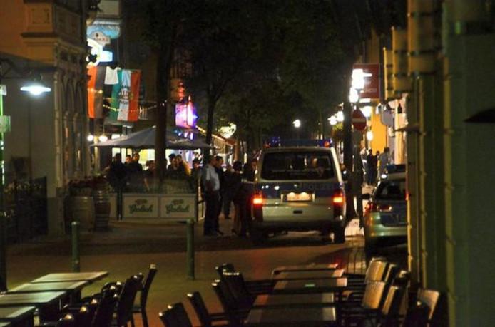 Met een flinke politie-inzet werd in de nacht van zaterdag op zondag een oproer in de Bahnhofstrasse in Gronau in de kiem gesmoord.