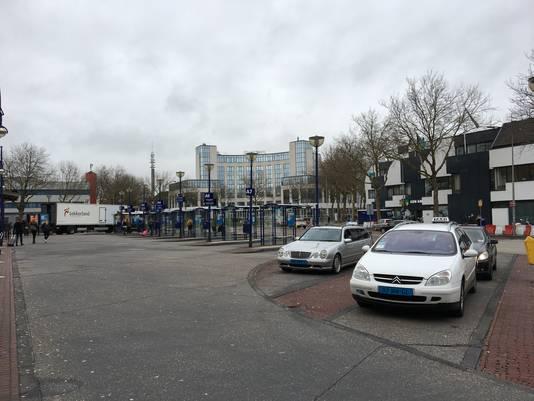 De taxi's staan in Zwolle klaar om verraste reizigers te vervoeren.