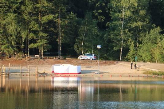 De politie verricht onderzoek bij de plaats waar een lichaam werd gevonden tijdens een zoektocht naar een vermiste jongen in recreatiepark Het Hulsbeek in Oldenzaal.