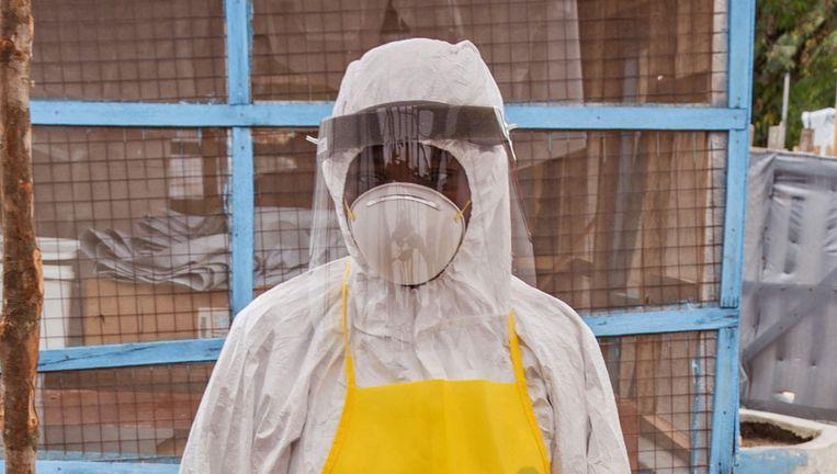 Een hulpverlener draagt beschermende kleding tegen het ebolavirus in Sierra Leone. Beeld ap