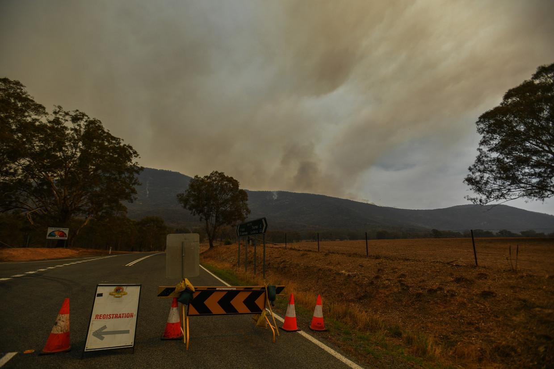 Bosbranden woeden in de buurt van Tharwa, 30 kilometer ten zuiden van de Australische hoofdstad.