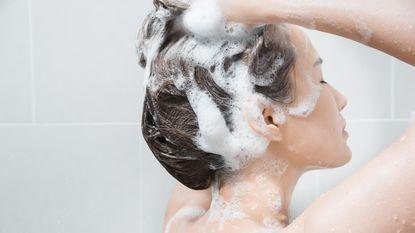 Dit gebeurt er als je eerst conditioner gebruikt en dan shampoo