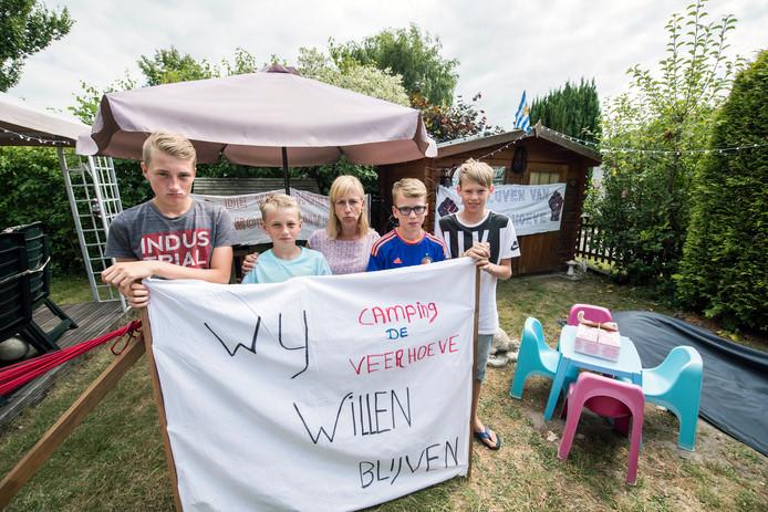 Heidi Allaerts (midden) met twee van haar zoons en een paar vriendjes afgelopen zomer op De Veerhoeve