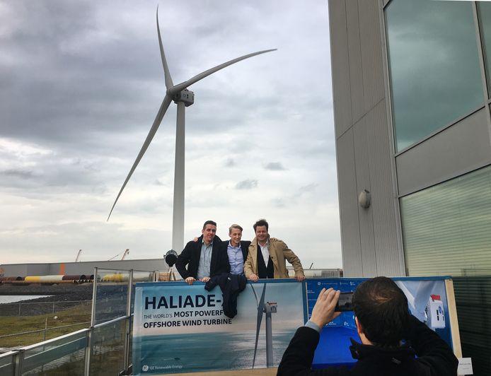 Eind vorig jaar werd op de Maasvlakte bij Rotterdam 's lands hoogste windmolen (260 meter) geopend. Langs de A1/A35 in Twente gaat het om turbines van meer dan 200 meter hoogte. Ter vergelijking: de televisietoren bij Markelo is 148 hoog en de windmolens langs de A1 bij Deventer zijn 135 meter hoog.
