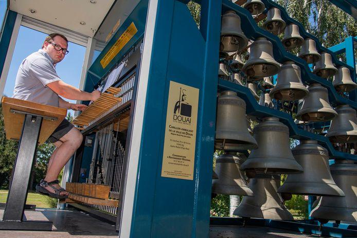Lorenz Meulebroek  vatte met het mobiel klokkenspel post aan het Zilverpand.