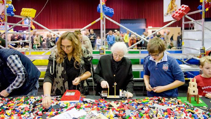 Jong en oud bouwt tijdens Lego World in de Zwolse IJsselhallen.
