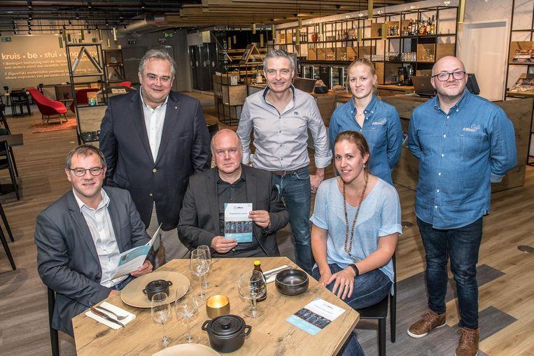 Zittend: schepen Henk Kindt, Yves Rosseel, Bieke Deceuninck Rechtstaand: Kris Delafontaine, Erwin Deloor, Saskia Debie, Hans Soenen.