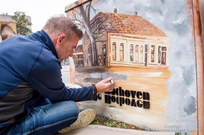 Kunstenaar Huub Filart schilderde het inmiddels gesloopte café Hemken op het elektrokastje in de wijk Bothoven