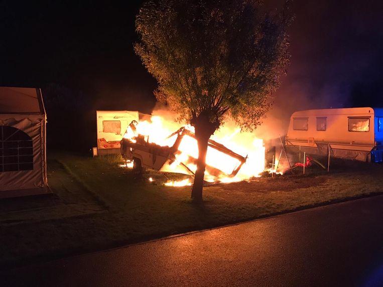 De caravan ging volledig in vlammen op.