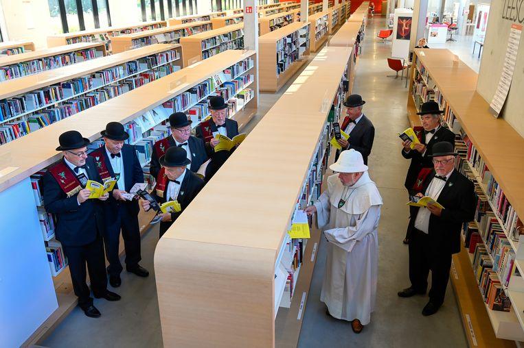 De Draeckenieren startten hun tocht om stemmen te ronselen in de Dendermondse bibliotheek.