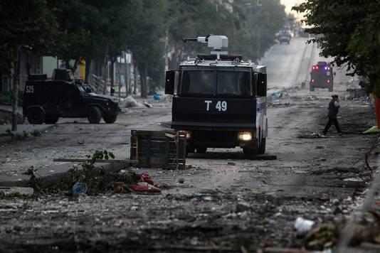 Oproerpolitie rijdt door het Gazi-district in Istanbul.