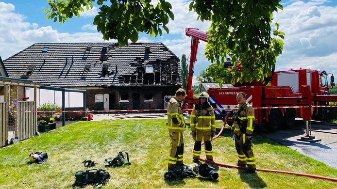 De brandweermannen van Vorden en Ruurlo hijgen uit nadat ze een grote brand bij een boerderij hebben weten te bedwingen.