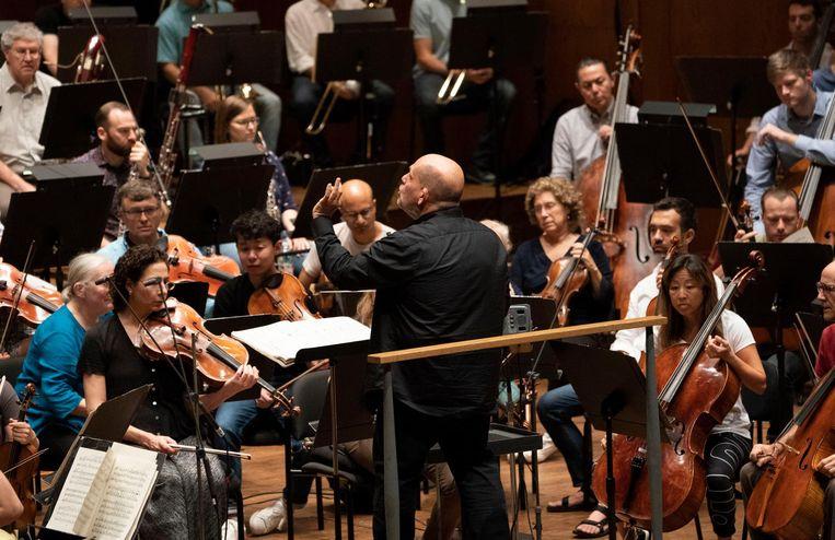 Jaap van Zweden tijdens een repetitie in New York Beeld ANP
