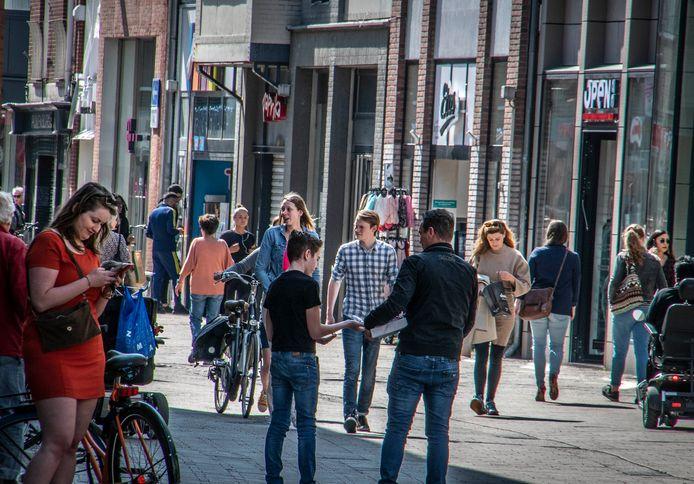 De maatregelen zijn nodig omdat het met de week drukker wordt in de binnenstad. Het merendeel van de winkels is weer geopend, bij sommige zaken staat een wachtrij.