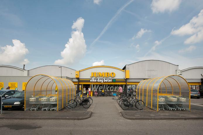 Een foto van de oude Jumbo. Ernaast komt de nieuwe supermarkt.
