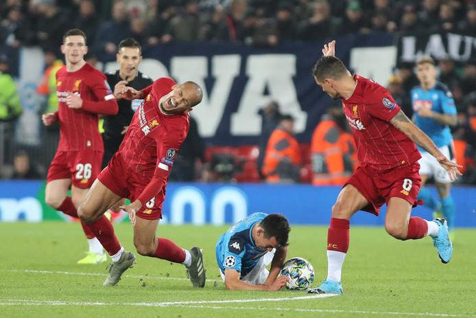 Fabinho raakt geblesseerd na een duel met Hirving Lozano.