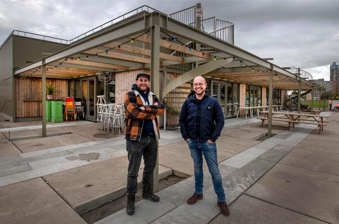 """,,Het wordt creatief maar geen gekkenhuis"""", zegt Dirk de Leeuw (met pet). Sindskort is Giel van Schaaijk - eigenaar van restaurant RAK - zijn compagnon."""