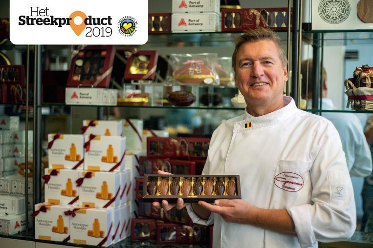 Chocolatier Erik Goossens met zijn Antwerpse Handjes.