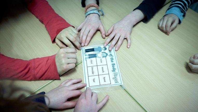 Leerlingen spelen het spel Parts of the Body en leren op deze wijze de Engelse naam voor lichaamsdelen. Beeld anp