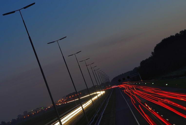 Automobilisten op de A4 tussen Amsterdam en Den Haag rijden in het donker.  Beeld ANP