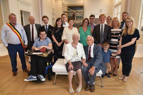 De jubilarissen Victor Van Lindt en Maria Peeters werden met hun familie op het gemeentehuis ontvangen.
