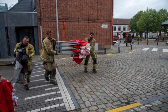 De brandweer kwam ter plaatse met een tent om het dodelijke slachtoffer af te schermen.