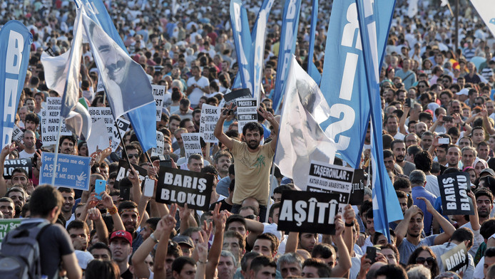 Duizenden mensen in Istanboel demonstreren tegen de geweldsuitbarsting tussen de Turkse regering en PKK.