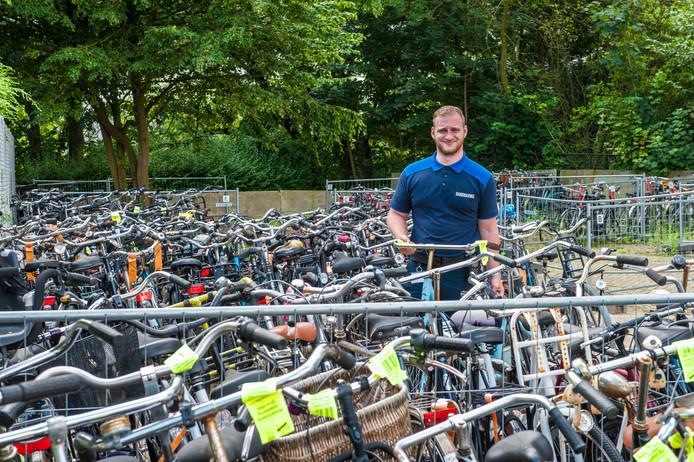 Handhaver Rico van den Broek tussen de fietsen in het fietsdepot. Dit jaar zijn er 2297 verkeerd of te lange gestalde rijwielen naartoe gebracht.