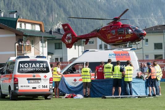 Een helikopter landt op het veld terwijl Abdelhak Nouri op de grond ligt.