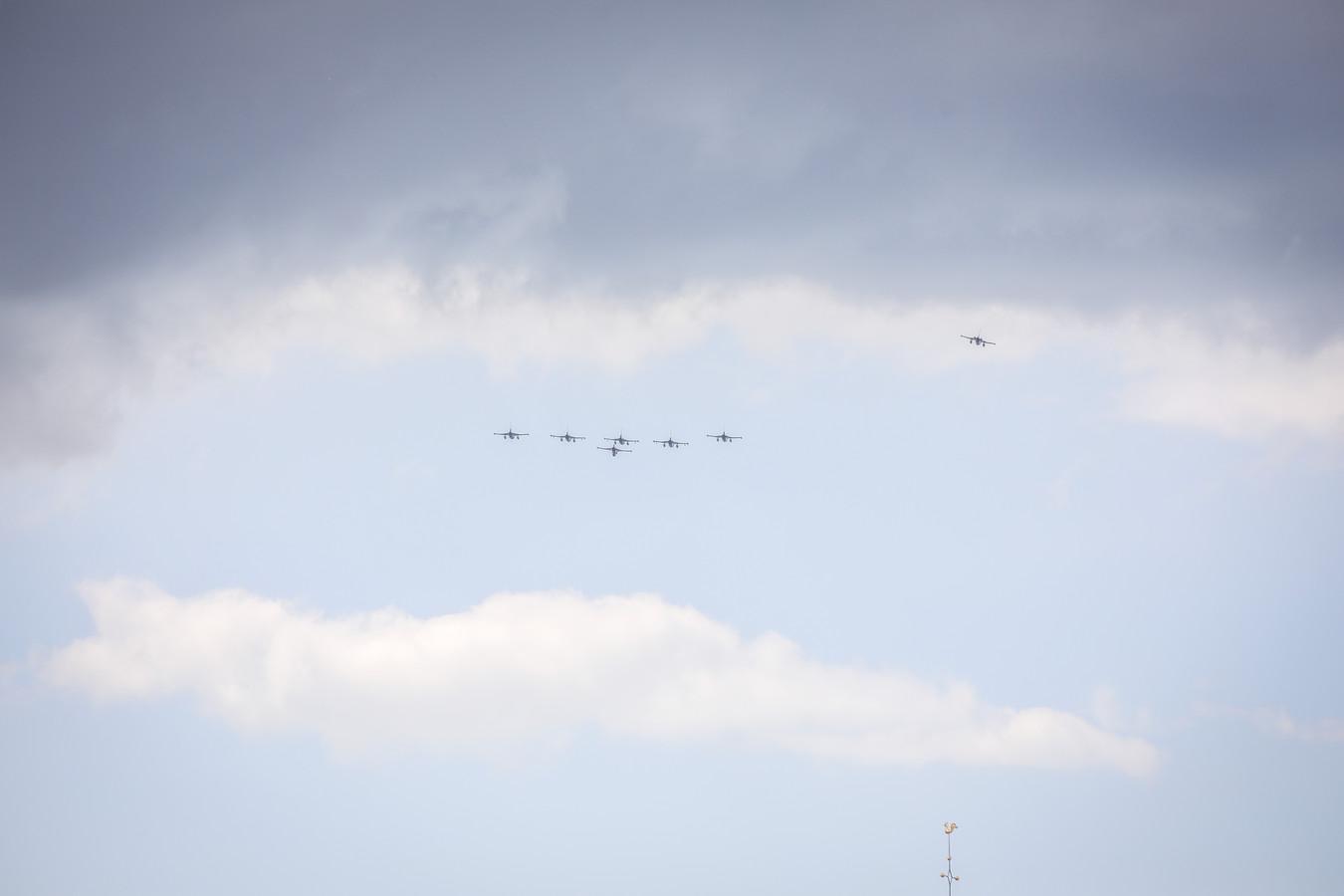 Brugge: F16 in formatie boven Brugge ter herdenking van D Day