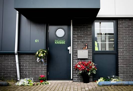 Bloemen bij het bedrijf van Reduan B., de doodgeschoten broer van de Utrechtse kroongetuige Nabil B., aan de TT. Melissaweg in Amsterdam.