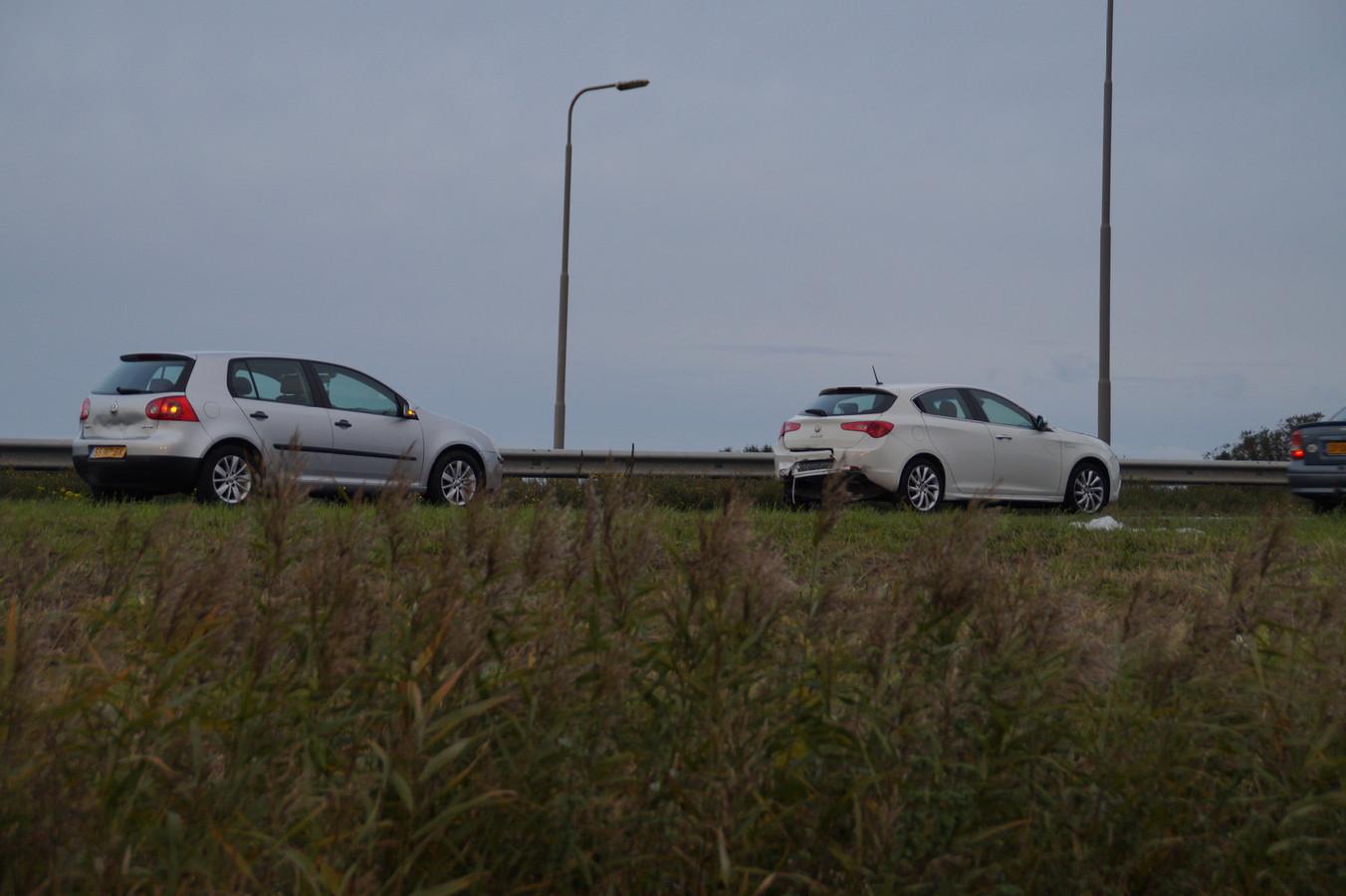 Er kwamen drie auto's met elkaar in botsing.