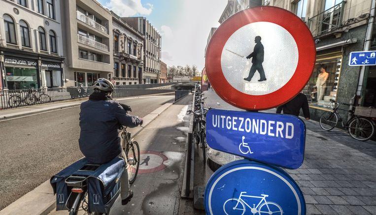 Voetgangers mogen niet op het fietspad door de Doorniksetunnel stappen, tussen de Doorniksestraat en -wijk.