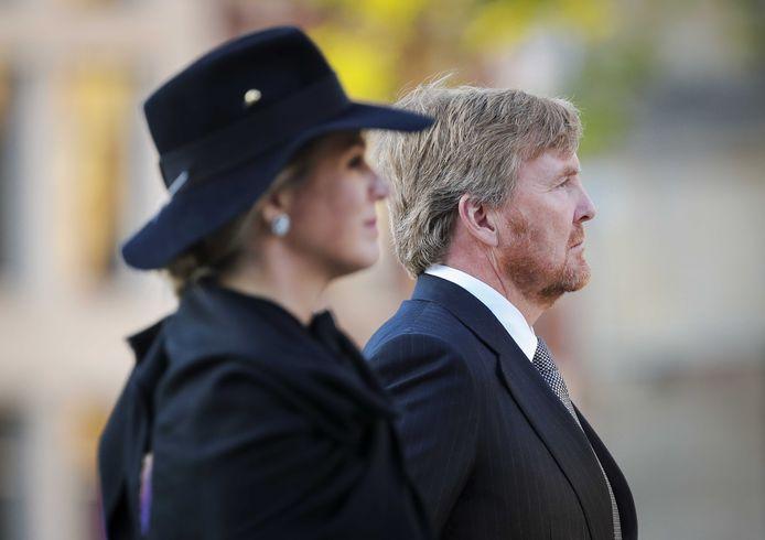 Koning Willem-Alexander en koningin Maxima leggen een krans tijdens de Nationale Dodenherdenking op de Dam