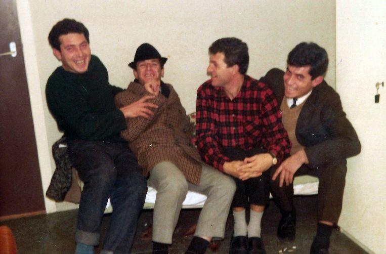 Mehmet Ali Daylan (met hoedje) met vrienden in pensionkamer. Beeld null