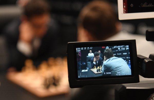 Het WK schaken tussen Carlsen en Caruana is een match voor internet, de fan is bijzaak