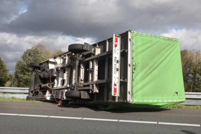 Vrachtwagen gekanteld door storm op verbindingsweg A59 A2 Knooppunt Empel