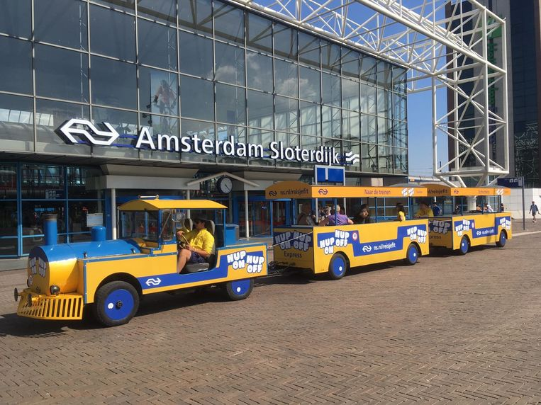 Op station Sloterdijk reden treintjes voor mensen die slecht ter been zijn. Beeld ns