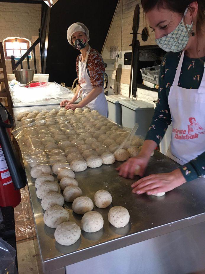 De twee Neles van het Bakkerijmuseum waren uren in de weer om alle ovenkoeken op ambachtelijke wijze te bakken.