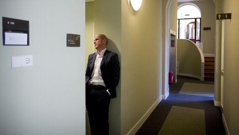 PvdA-fractievoorzitter Diederik Samsom staat op de gang voorafgaand aan de vergadering. Beeld anp