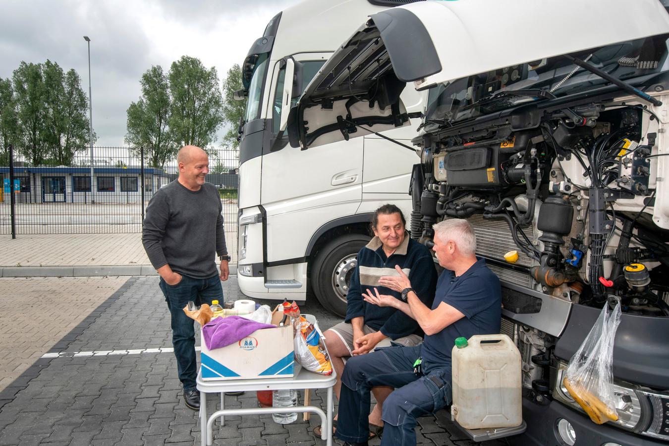 Sándor Barta maakt een praatje met John Meijer (links) en Wilko Leenders.