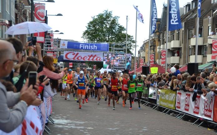 De start van de 10 km en de halve marathon met geheel rechts de latere winnaar op de 10 km Alfred Cherop.