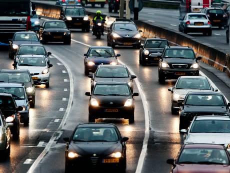 Halfuur vertraging richting Utrecht op A12 bij Woerden door vrachtwagen met pech