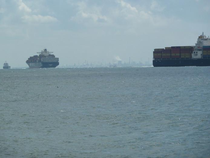 Scheepvaart op de Westerschelde.