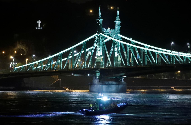 Een reddingsboot op de Donau zoekt in het water naar overlevenden.