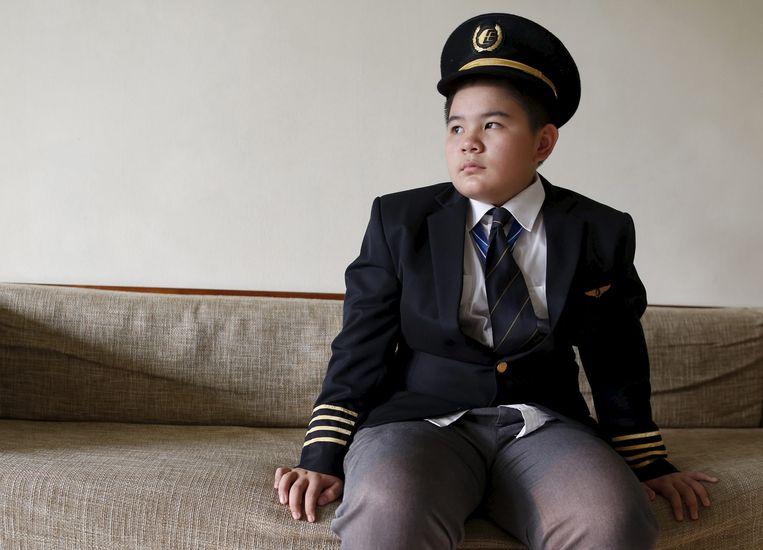 Scott Choo, zoon van de copiloot van MH17, poseert in Kuala Lumpur in het uniform van zijn omgekomen vader. Beeld reuters