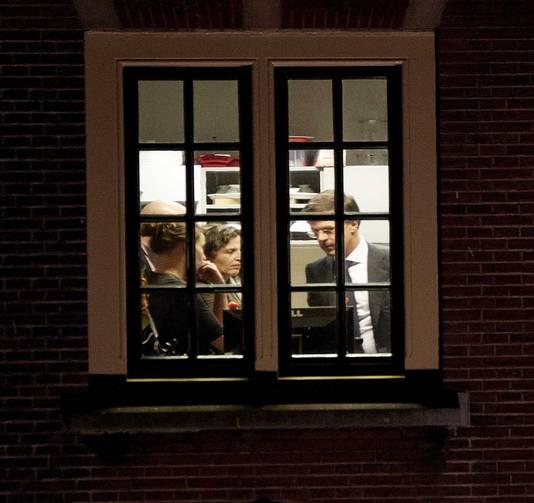 Premier Mark Rutte (R) overlegt in het Torentje met minister Edith Schippers (M) van Volksgezondheid en andere collega's.